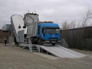 Nastro trasportatore per rifiuti ZC2114 con reversibile e rampa in acciaio. Scarico di veicolo per la raccolta.
