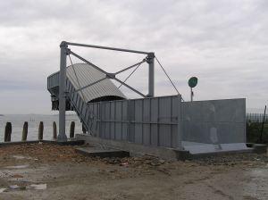 Nastro trasportatore per rifiuti ZC2114 in aggetto sul mare per carico chiatte, vista sinistra.