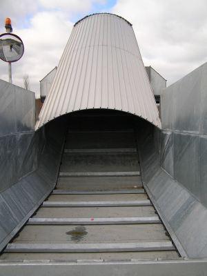 Nastro trasportatore per rifiuti ZC2114 vista della zona di scarico con particolare esplicativo del fondo in acciaio.