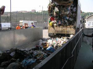 Nastro trasportatore per rifiuti ZC2114 - veicolo compattatore per la raccolta con la portella aperta che scarica sul nastro.