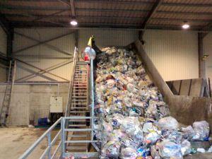 Nastro trasportatore per rifiuti ZC2114 al coperto carico di rifiuti.