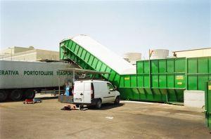 Nastro trasportatore per rifiuti ZC2114 con zona di scarico a grande capienza e piano mobile ZC22 sotto nastro.