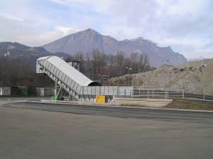 Nastro trasportatore per rifiuti ZC2114 con rampa in calestruzzo vista laterale.